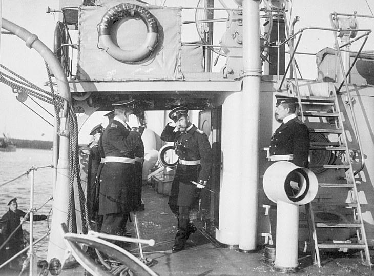Император Николай II покидает военный корабль