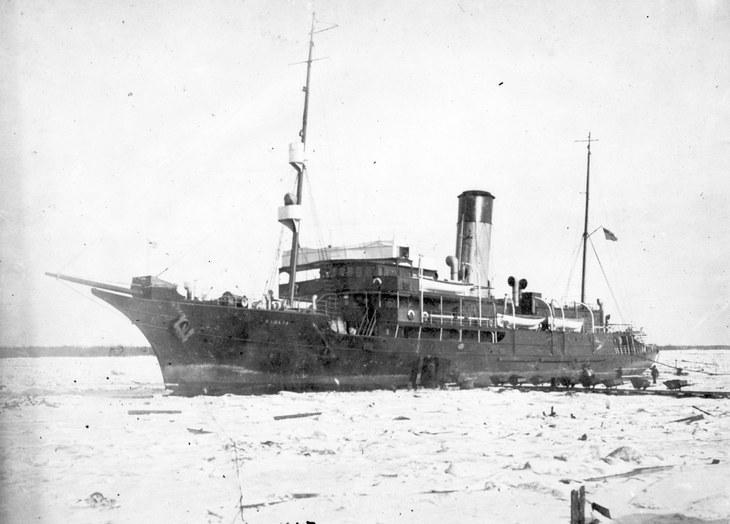 Погрузка угля вручную на пароход «Канада» в Архангельске. 1915-1916 гг.