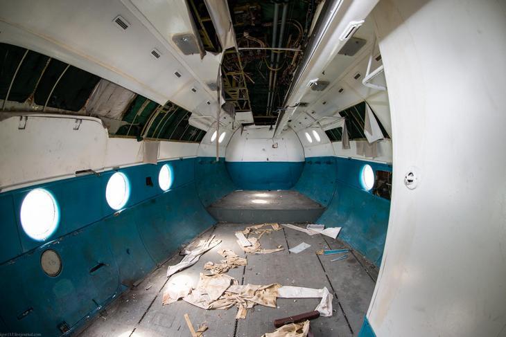 Заброшенный АН-10 изнутри (16)
