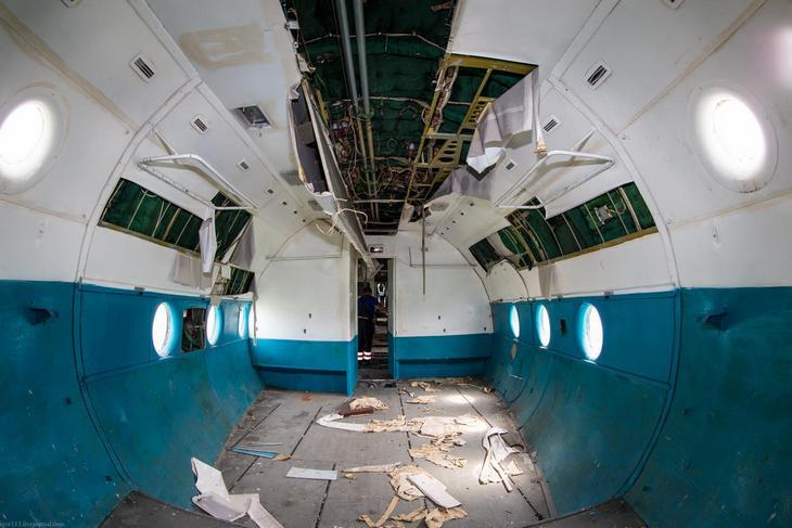 Заброшенный АН-10 изнутри (18)