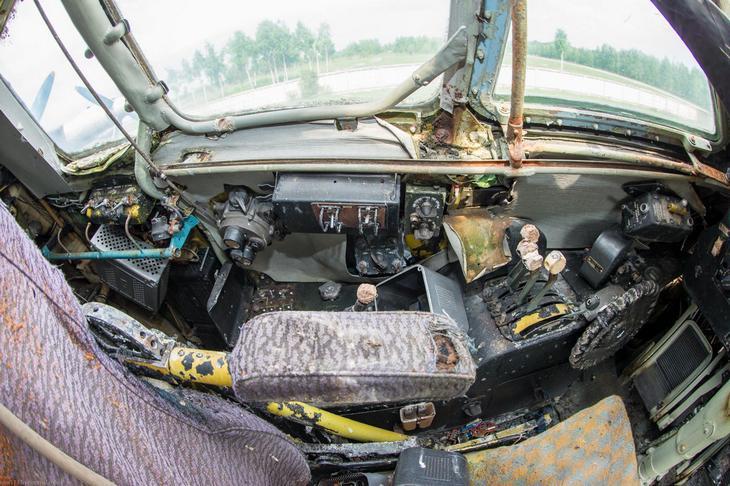 Заброшенный АН-10 изнутри (39)